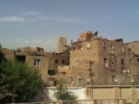 صورة لمساكن الاسكان الغير رسمي في جزيرة بدران ويظهر خلفها فندق فيرمونت نايل سيتي