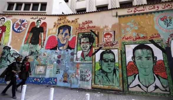 جزء من حائط الجامعة الامريكية المواجه لميدان التحرير الذي تحول الى وثيقة لشهداء ثورة 25 يناير وتم هدمه بالكامل.