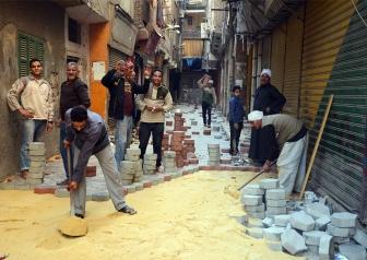 مشاركة سكان المنطقة فى عمليات التبليط أثناء تنفيذ المشروع