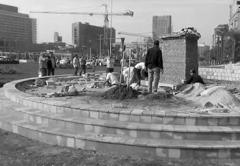 القرار العشوائي لعمل النصب التذكاري بميدان التحرير انتج عملا متسرعا حتى في بنائه ونرصد بوضوح عشوائية عملية البناء وسذاجة التشكيل.